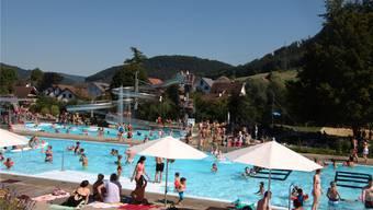 Der Preis für das Sommersaisonabo im Fricker Freibad beträgt 110 Franken für auswärtige Badegäste. Einwohner der Gemeinde zahlen hingegen zehn Franken weniger für das Sommersaisonabo. Dennis Kalt