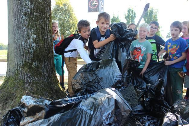 Schülerinnen und Schüler aus Rohr sammelten am Clean-Up-Day beim Quellhölzli, Rohrschachen oder Fuchswinkel 50 Kilogramm Abfall.