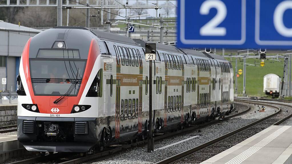 Ein Zug der SBB ist am Mittwochabend in Romont FR mit einem fahrerlosen Auto kollidiert. (Symbolbild)