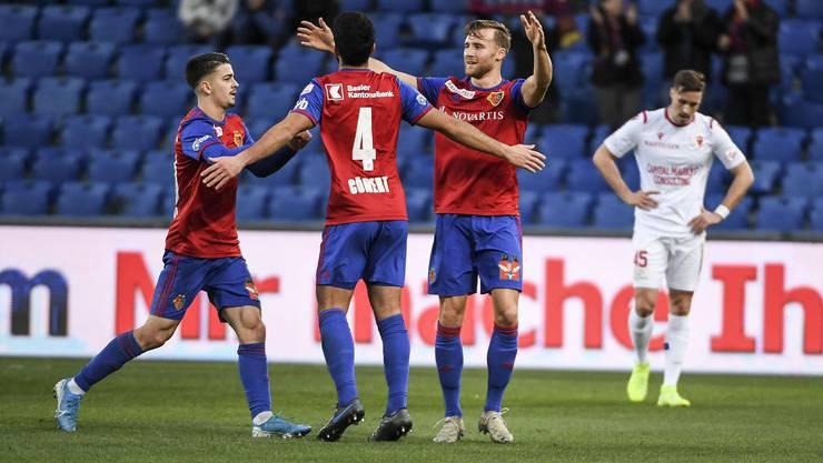Grund zur Freude: Eray Cömert (Mitte) erzielt ein Traumtor und leitet den FCB-Sieg gegen Sion ein.