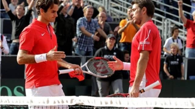 Roger Federer und Stanislas Wawrinka verlieren das Doppel im Davis-Cup nach schwacher Leistung gegen Holland. Foto: Salvatore Di Nolfi