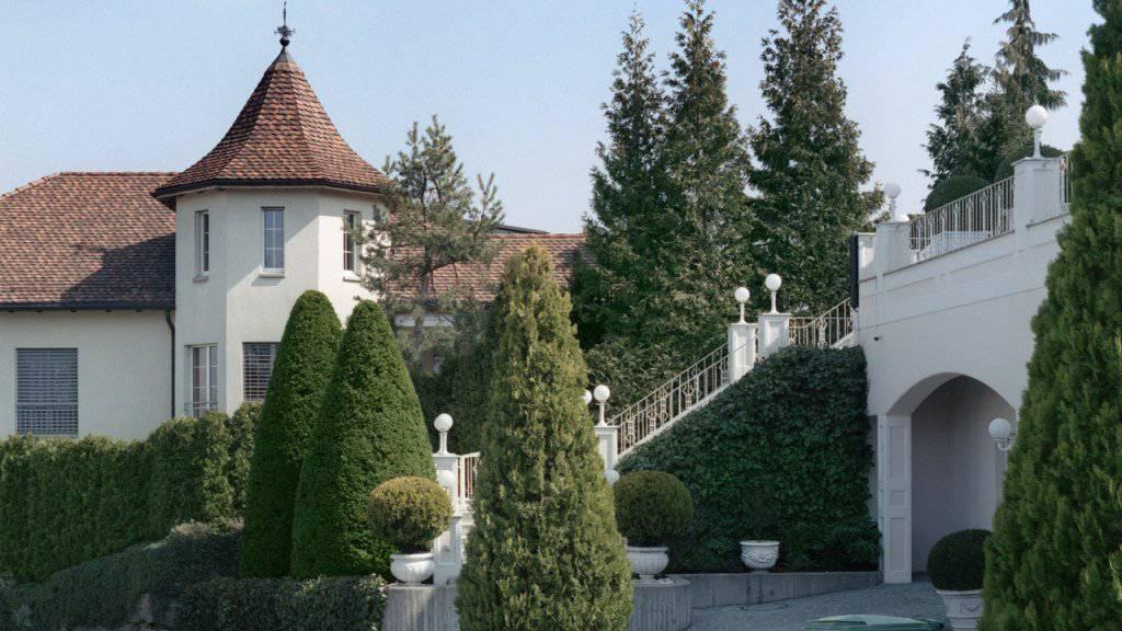 Millionäre kaufen Immobilien gerne in steuergünstigen Gemeinden - im Bild Villen im «Steuerparadies» Wollerau SZ. (Archivbild)