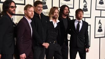 Alles in Butter: Die Foo Fighters haben sich nicht getrennt, wie Frontmann Dave Grohl (2.v.r.) in einem Video nun ein für allemal klar macht (Archiv).