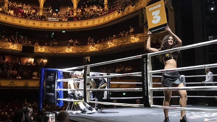 Schauplatz war das Berner Stadttheater. Während sich die Boxer in der Ecke eine Pause gönnen, zeigt ein Ringgirl die nächste Runden an