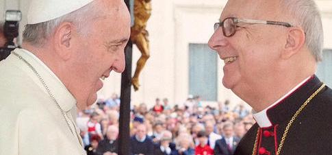 Papst Franziskus begrüsst den Schweizer Jugendbischof Marian Eleganti