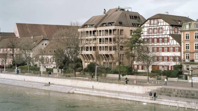 Mit Bezug zur historischen Substanz und doch fremd: Wohnhaus (Spitzname «Paniertes Schnitzel») in Basel. 1977–1980, von Casoni & Casoni. Bild: Christian Flierl