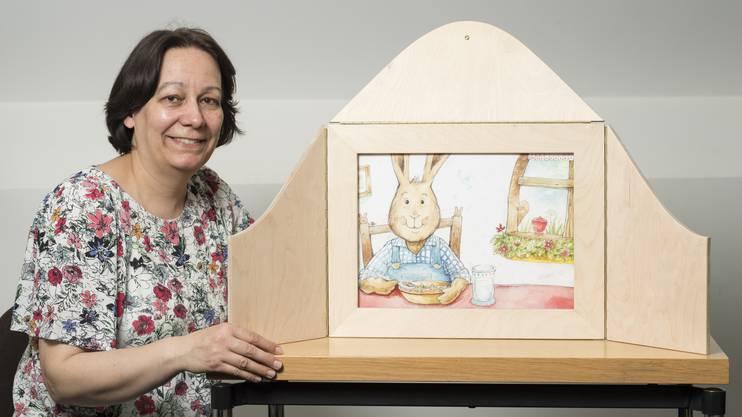 Nicht nur Lesen: Eveline Moser zeigt das Japanische Koffertheater für die Kleinen.