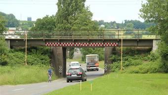 Heute ist die SBB-Brücke über die Anglikerstrasse ein gefährliches Nadelöhr. Nach dem Umbau gibt es genügend Platz für Autos, Velos und Fussgänger.