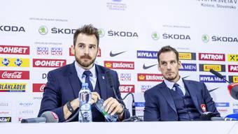 Tränen in den Augen, Wasserflasche in der Hand: Raeto Raffainer mit Nationaltrainer Patrick Fischer.