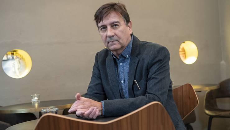 """Der Verleihung des Schweizer Buchpreises am 10. November schaut Alain Claude Sulzer gelassen entgegen. Nur schon der Platz auf der Shortlist wirke verkaufsfördernd, sagt er. Mit seinem Werk """"Unhaltbare Zustände"""" ist er als einziger Mann neben vier Autorinnen nominiert."""