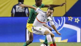 Mexikos Erick Torres im Zweikampf um den Ball