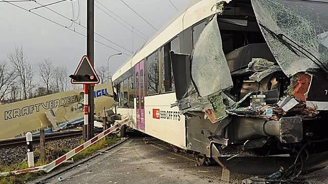 Die Zugkomposition und der Lastwagen kollidierten auf einem Bahnübergang