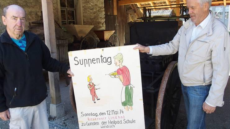 Letztmals im Einsatz stand die Gulaschkanone (hinten) zwischen 1974 und 1990 jeweils am Muttertag. Ueli Braun (l.) und Walter Spillmann zeigen eines der Werbeplakate.