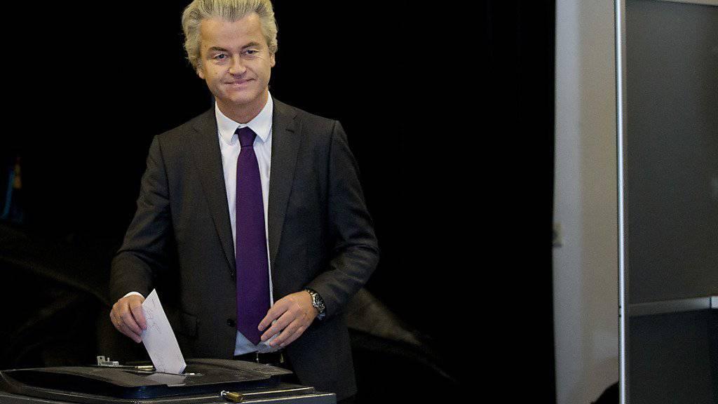 Der EU-skeptische Abgeordnete Geert Wilders bei seiner Stimmabgabe: Die niederländische Regierung will sich in den nächsten Wochen mit dem Nein zum EU-Abkommen mit der Ukraine befassen.