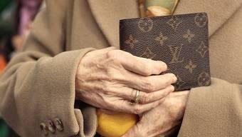 Eine 88-Jährige wurde am Dienstag von einem Betrüger ausgeraubt (Symbolbild).