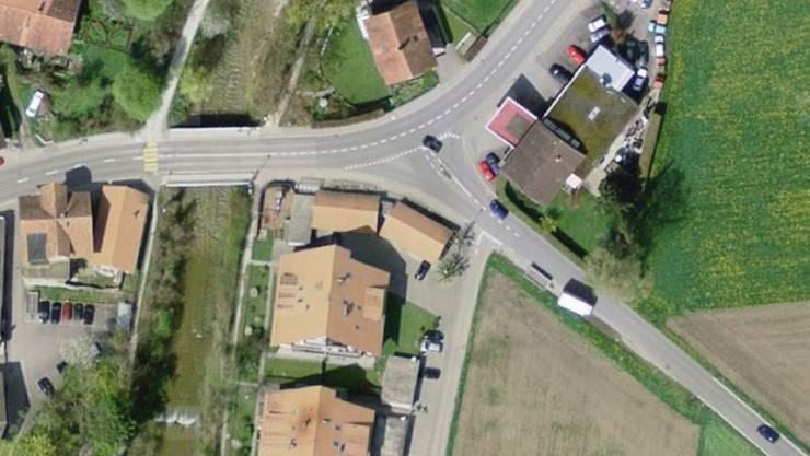 Bei einem Verkehrsunfall mit drei Autos ist am Donnerstag in Wattenwil ein Mann an einer Tankstelle schwer verletzt worden.