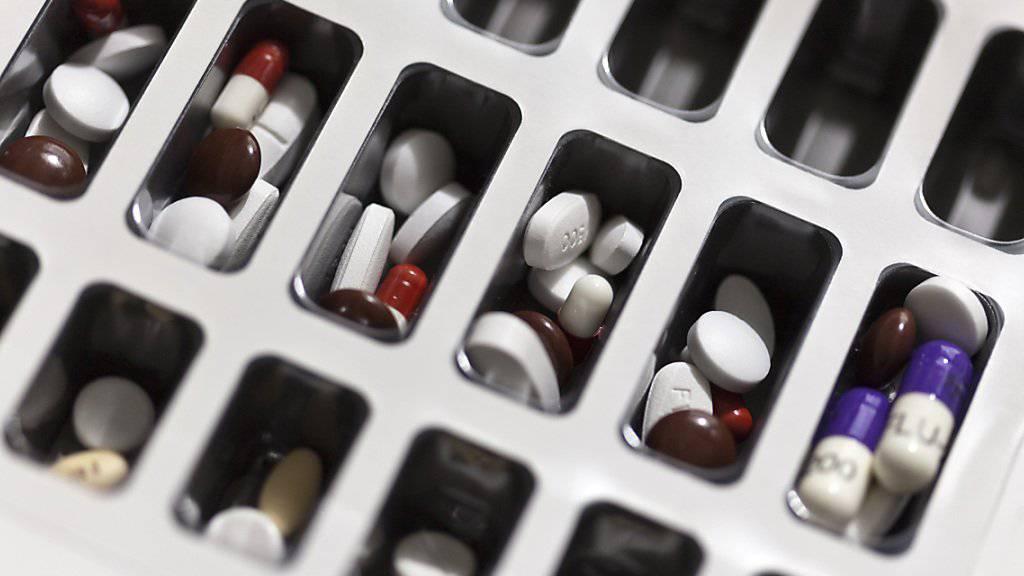 Herzinfarkt-Patienten fällt es offenbar besonders schwer, sich an ihr Medikamenten-Regime zu halten, wenn sie mehrere Wirkstoffe parallel einnehmen müssen. (Symbolbild)