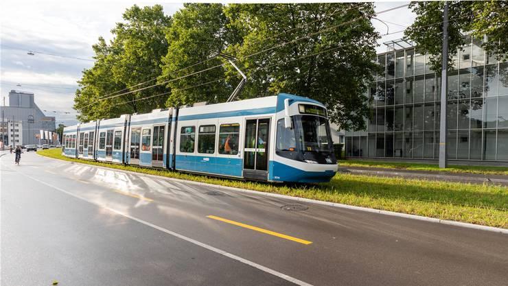 Der Vorbote der Limmattalbahn: Auf deren neuen Gleisen fährt vorerst das Zürcher Zweier-Tram von Altstetten nach Schlieren.