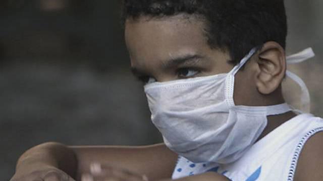Junge mit Schutzmaske in Brasilien