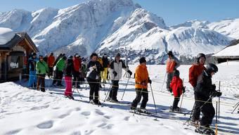 An schönen Tagen ist in den Skigebieten während der Hochsaison teilweise etwas Geduld gefragt. (Symbolbild)