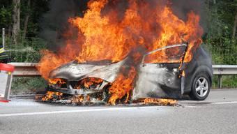Ein Fahrzeug steht in Flammen. (Symbolbild)