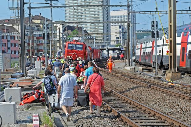 Passagiere müssen aussteigen und zum Bahnhof Oerlikon gehen.