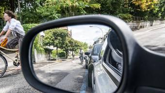 Alle Achtung! Hier sind Velofahrer gefordert. Denn an der Peter Merian-Strasse gilt: Wer fährt, der lenkt!