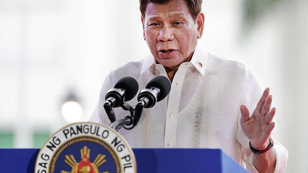 ARCHIV - Rodrigo Duterte , Präsident der Philippinen, gestikuliert, während er im Rahmen des 123. Jahrestages der Proklamation der philippinischen Unabhängigkeit im Provinzkapitol seine Rede hält. Der umstrittene Präsident Duterte will bei der Wahl im kommenden Jahr als Vize-Präsident kandidieren. Foto: Aaron Favila/AP/dpa