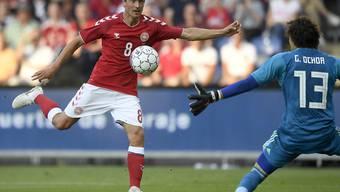 Dänemarks Nationalspieler Thomas Delaney prüft Mexikos Goalie Guillermo Ochoa