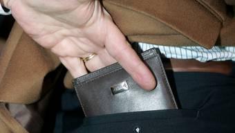 Der Unbekannte umarmte den Schweizer – und stahl so sein Portemonnaie. (Symbolbild)