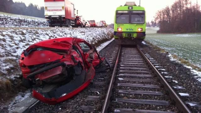 Unfallstelle zwischen Gasel und Niederscherli. Das Auto wurde vom Zug total zerdrückt.