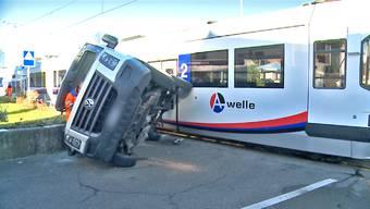 Zur Bergung des Lieferwagens brauchte es zum Schluss geballte Feuerwehrmannskraft.