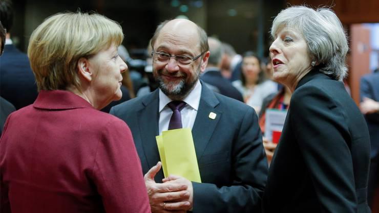Noch dabei: Die britische Premierministerin Theresa May (rechts) im Gespräch mit Angela Merkel und Martin Schulz am jüngsten EU-Gipfel. OLIVIER HOSLET/key