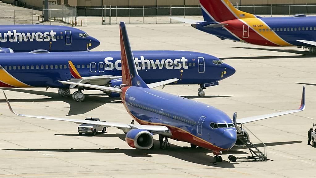 Die US-Billigfluggesellschaft Southwest Airlines hat bei Boeing weitere 100 Maschinen der Modellreihe 737 Max bestellt. Seitdem das gegen den Flieger wegen zweier Abstürze verhängte Flugverbot aufgehoben worden ist, gehen wieder vermehrt Bestellungen bei Boeing ein.(Archivbild)