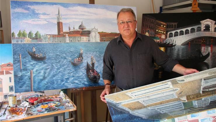 Maler Otto Zeller mit Venedig-Motiven in seinem Atelier im Oberkulmer Pfarrhaus.