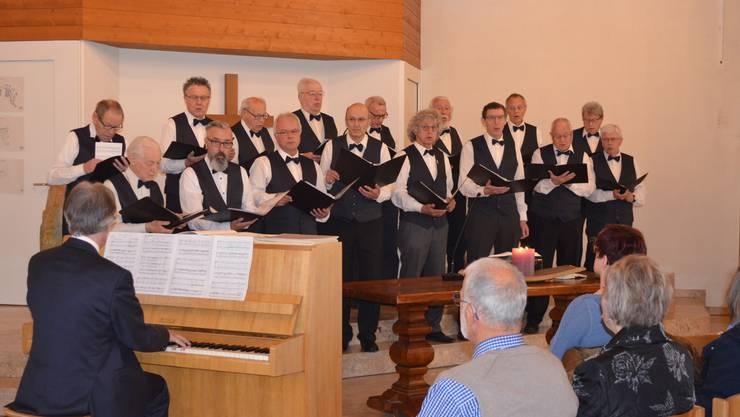 Männerchor Etziken mit Begleitung am Klavier von Robert Flury