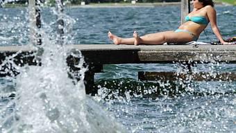 Der Föhnsturm drückt das Wasser des Zürichsees an eine Mauer