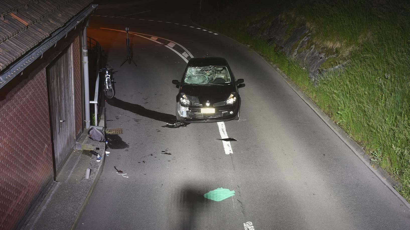 Ennetbürgen NW: Ein Velofahrer ist bei einer Frontalkollision schwer verletzt worden.
