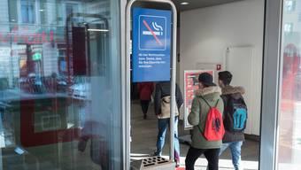 Bereits heute ist der Bahnhof SBB in Basel in gewissen Bereichen rauchfrei. So etwa der Eingangsbereich beim Bahnhofeingang Gundeldingen im Bild.