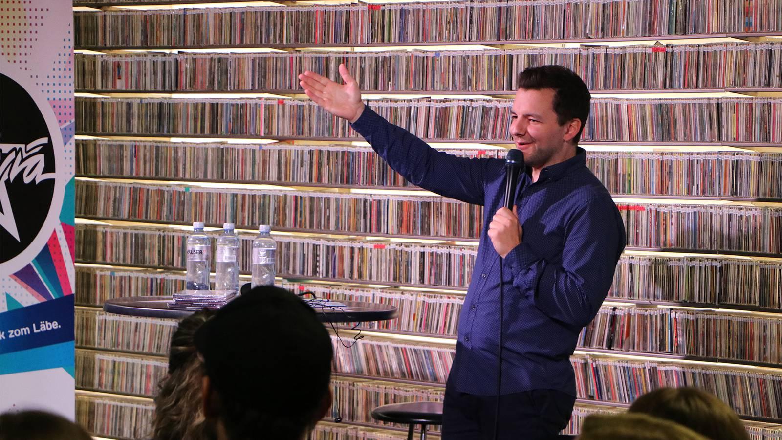 Moderator Oliver Wagner begrüsst das Publikum und das Comedy-Duo DivertiMento (© Radio Argovia)
