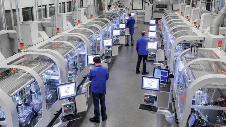 Blick in einen Maschinensaal der ETA mit hoch automatisierter Produktion.