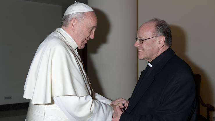 Papst Franziskus bei einem Treffen mit dem früheren Churer Bischof Vitus Huonder.