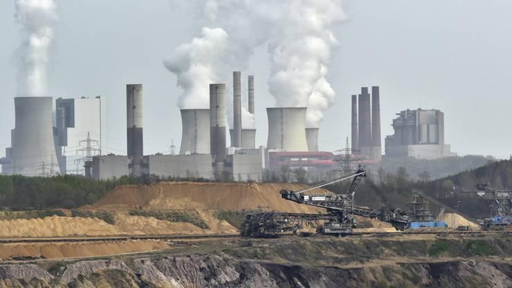Kohlekraftwerk und Kohleabbau in der Mine Garzweiler nahe der deutschen Stadt Grevenbroich. Laut dem UNO-Umweltprogramm müssen 80 bis 90 Prozent der weltweiten Kohlereserven im Boden bleiben, wenn die Klimaziele erreicht werden sollen. (Archivbild)