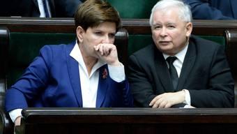 Beata Szydlo und ihr Einflüsterer Jaroslaw Kaczynski.