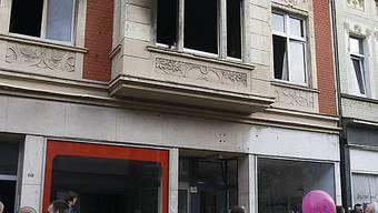 Schaulustige vor dem ausgebrannten Haus in Duisburg