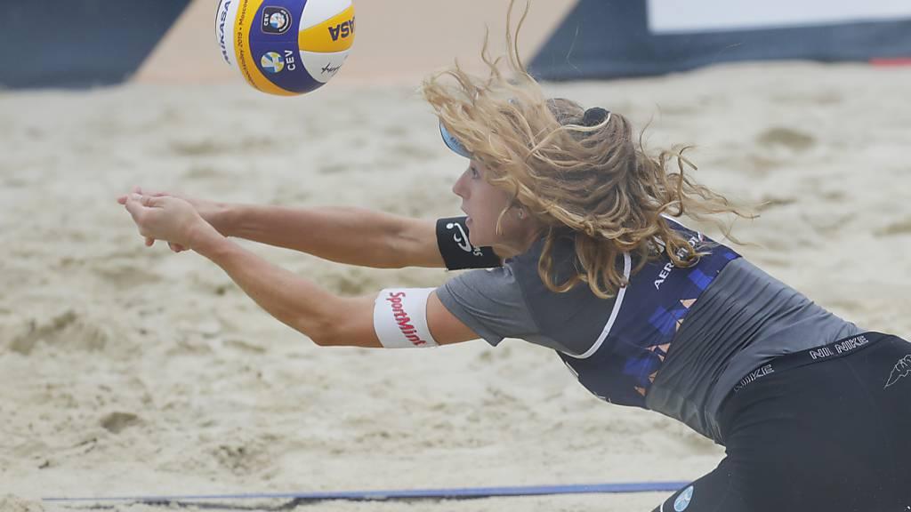 Nina Betschart hechtet nach dem Ball.