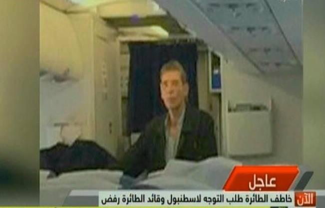 Ein Bild kursiert im Internet, das den Entführer im Innern des Flugzeuges zeigen soll