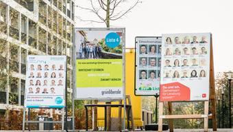 Mit klassischen Plakaten buhlen die Parteien im neuen Wohnquartier «Im Lenz» um die Gunst der urban gesinnten Wählerinnen und Wähler.