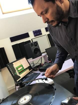 Tonmeister Emiliano Flores speichert den Nürnberger Prozess digital. Bild: zvg