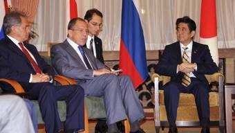 Aussenminister Sergei Lawrow (2.v.l.) und Premier Shinzo Abe (r.)